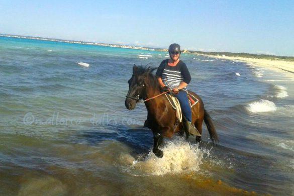 Ute reitet am Strand auf Mallorca